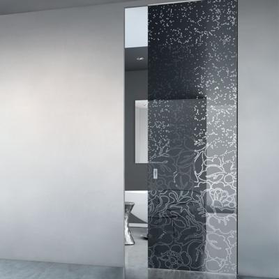 porta scomparsa con decorazione